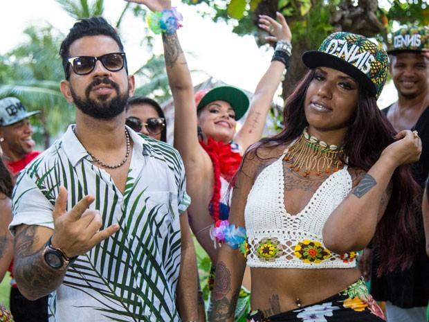 Dennis DJ e MC Britney em clipe da música Quando ele pede (Foto: Fenix Produções /Divulgação)