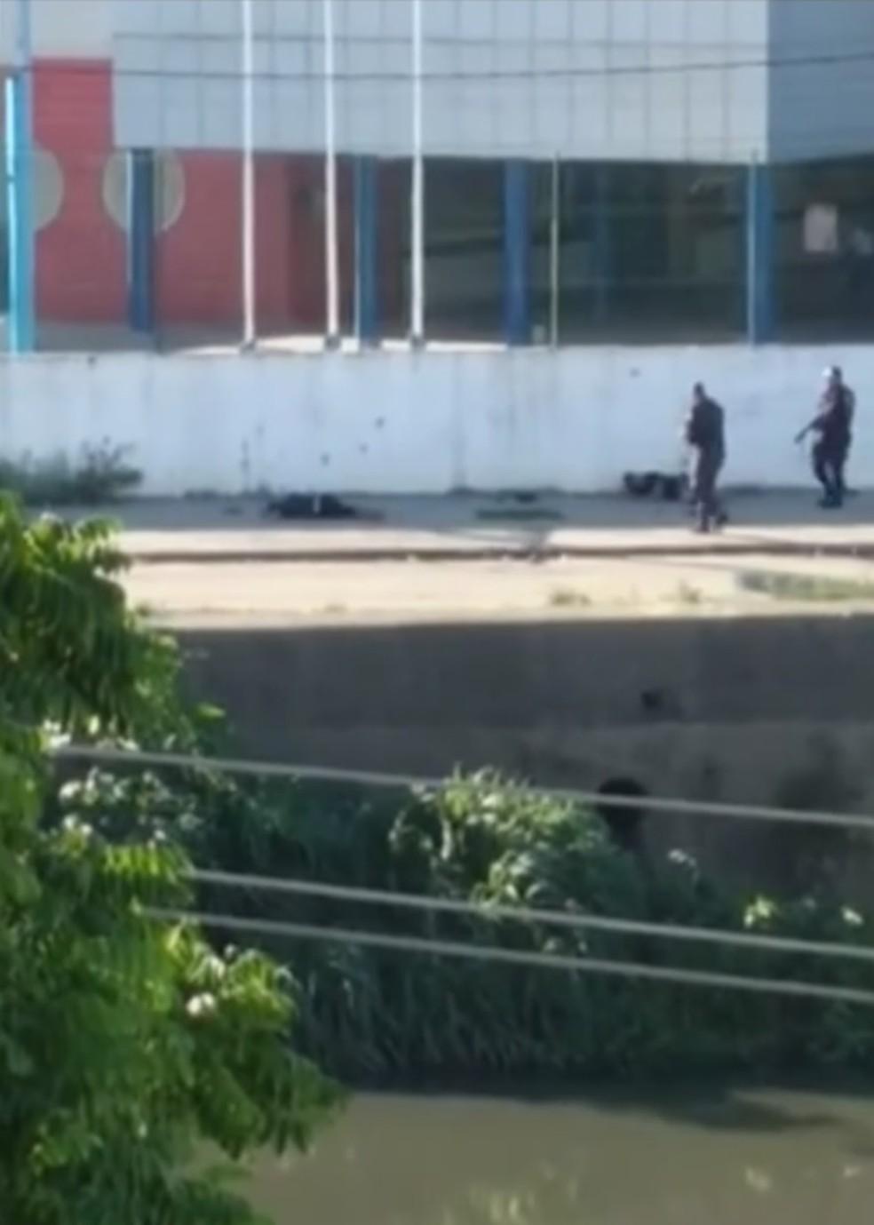 PMs foram filmados atirando em traficantes deitados no chão em Acari, Zona Norte (Foto: Reprodução/TV Globo)