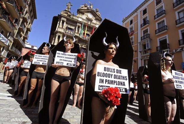 Manifestantes usaram também chifres para representar os 48 touros que vão ser mortos durante o Festival de São Firmino, em Pamplona; a festa é um símbolo da cultura espanhola e atrai milhares de turistas todo ano para ver as corridas de touro, que são condenadas pelos ativistas (Foto: Rafa Rivas/AFP)