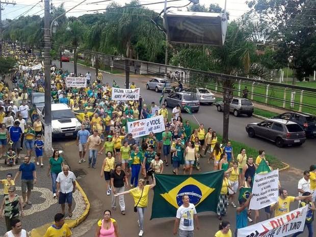 Manifestação em Pirassununga reuniu cerca de 1,2 mil pessoas, diz PM (Foto: Rafaella Ferreira/EPTV)