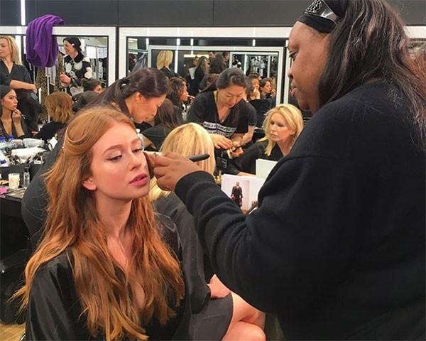 Marina Ruy Barbosa sendo maquiada por Pat McGrath (Foto: Reprodução/Instagram)
