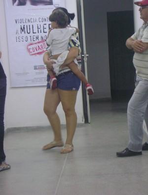Ex-mulher de Marcelinho na delegacia em Campina Grande (Foto: Silas Batista)