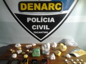 Drogas, dinheiro e produtos para embalar as substâncias foram apreendidos por grupo em Porto Nacional (Foto: Polícia Civil/Divulgação)