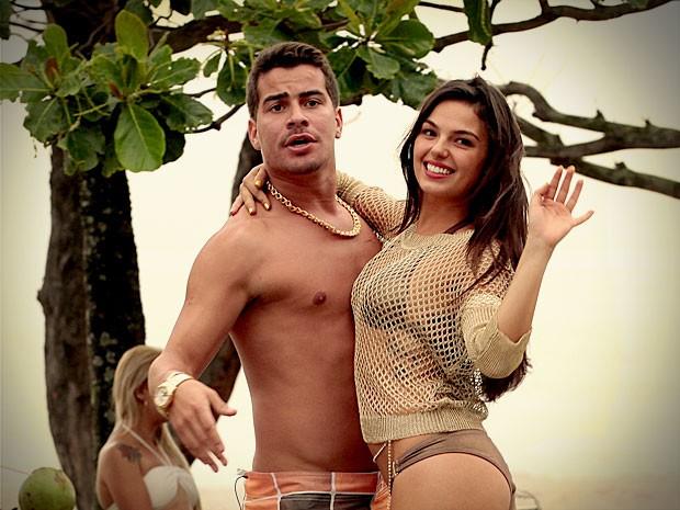 Leandro não gosta nada da ideia de Suelen (Foto: Avenida Brasil / TV Globo)