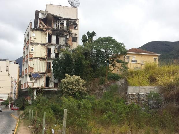 Prédio na Rua Cristina Ziede, no Centro. Construção foi atingida por barranco (Foto: Juliana Scarini / G1)