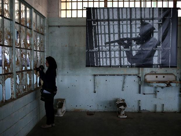 Visitante tira foto na prisão de Alcatraz, em San Francisco (Foto: Justin Sullivan/Getty Images/AFP)