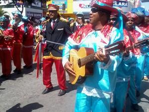 Os grupos cantavam as tradicionais cabções ao passar pela cidade (Foto: Henrique Corrêa/G1)