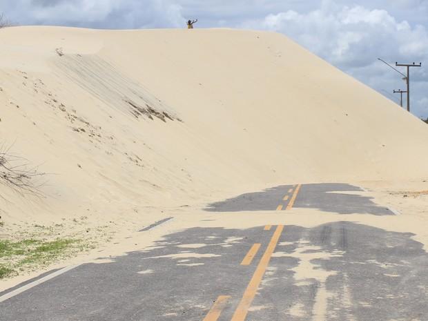 Dunas bloqueiam estrada de acesso à Lagoa do Portinho (Foto: Ellyo Teixeira/G1)