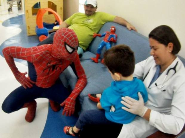 Super-herói costuma visitar hospitais da cidade em suas missões (Foto: Aranha de Itanhaém / Arquivo Pessoal)