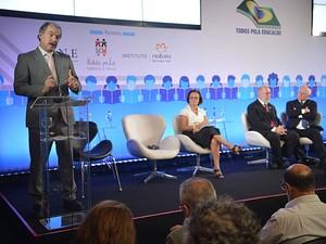 O ministro da Educação, Aloizio Mercadante, falou na abertura do Congresso Todos pela Educação, em Brasília, nesta terça-feira (10) (Foto: Elza Fiúza/Agência Brasil)