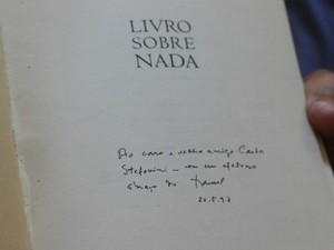 Autógrafo de Manoel de Barros para Carlos Stephanini em maio de 1997 (Foto: Gabriela Pavão/ G1 MS)