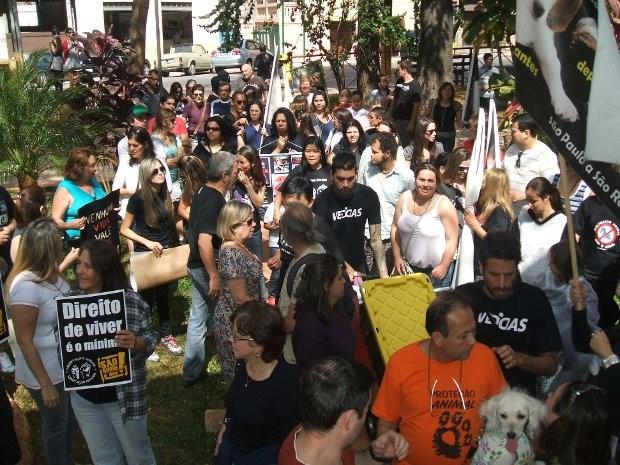 Ativistas se reuniram em frente à sede da empresa (Foto: Erick Rodrigues/Jornal da Economia)