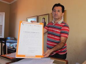 Waldemir Miranda mostra documento que pretendia criar memorail de Leonardo Castelo Branco (Foto: Gilcilente Araújo/G1)