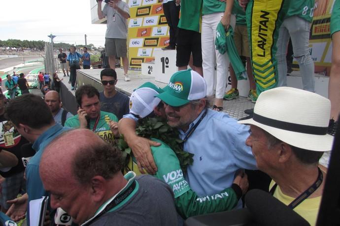 Marcos Gomes recebe abraço apertado do pai Paulo Gomes após ser campeão (Foto: Felipe Siqueira)