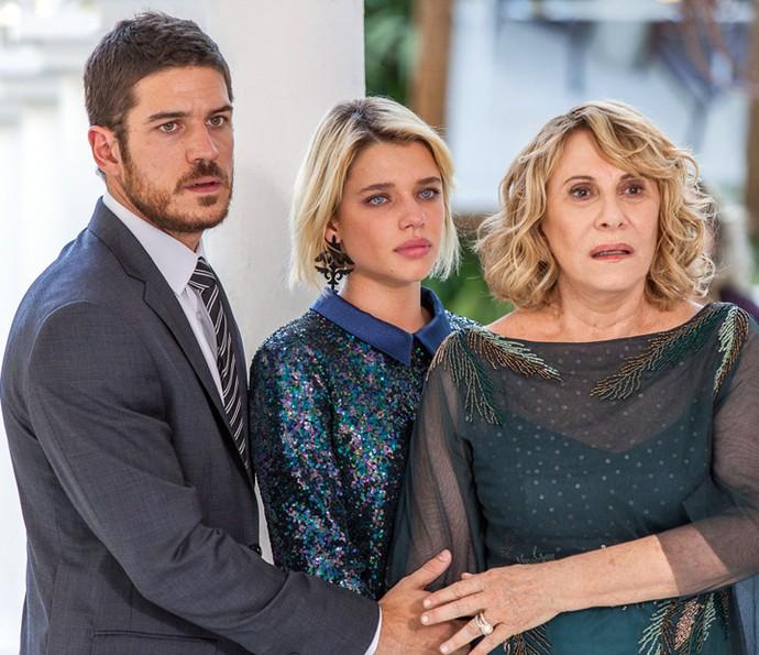 Nora, Belisa e Dante assistem ao show da morena, horrorizados (Foto: Artur Meninea/Gshow)