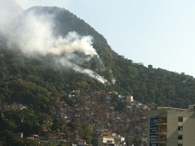 Incêndio atinge mata na região da Rocinha, Zona Sul do Rio de Janeiro (Foto: Gregor Chueire/VC no G1)