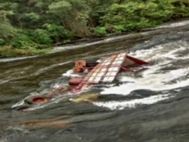 Homem morre em batida entre carro e caminhão em ponte da GO-184, em Serranópolis, Goiás (Foto: Reprodução/TV Anhanguera)