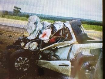 Veículo utilitário colidiu com duas carretas em trecho de boa visibilidade. (Foto: Assessoria/PRF)