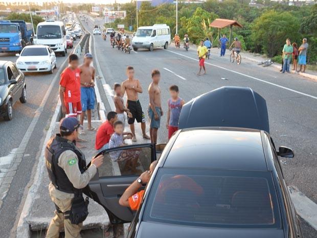 Carro passou para o outro sentido da rodovia, atingindo uma van (Foto: Walter Paparazzo/G1)