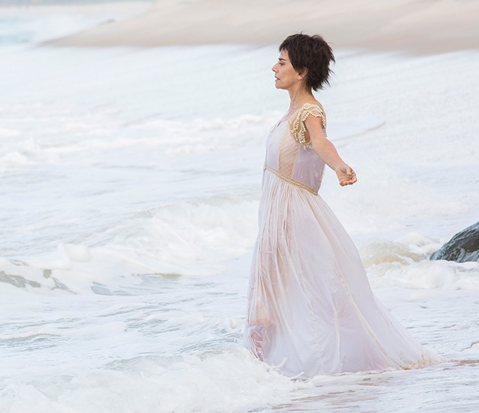 Maitê Proença entra no mar para gravar cenas de Dionísia, sua personagem em 'Liberdade, Liberdade' (Foto: Felipe Monteiro/Gshow)