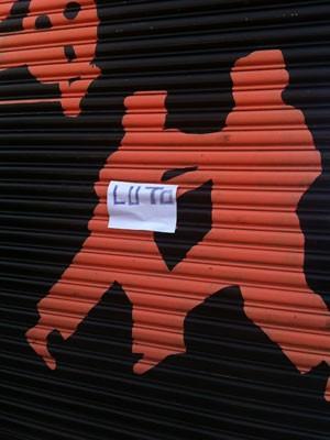 'Luto' escrito em folha de papel afixada à porta da academia do empresário (Foto: Kleber Tomaz / G1)