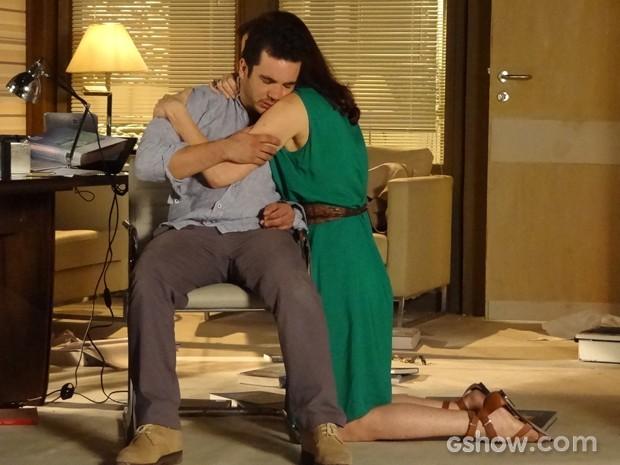 Helena acalma o irmão e sugere ajuda da clínica de reabilitação (Foto: Em Família / TV Globo)