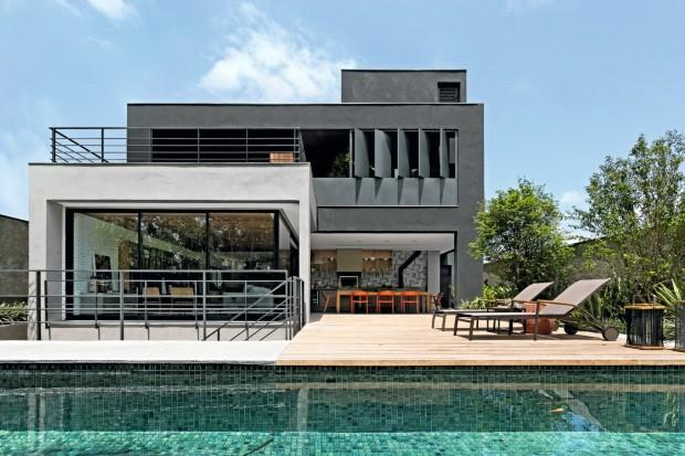 Para destacar os volumes, o arquiteto criou abas de concreto, que protegem os painéis de vidro, e usou texturas da Terracor em tons diferentes (Foto: Alain Brugier / Divulgação)