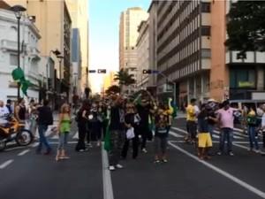 Manifestantes se reúnem no Centro de Campinas (Foto: Jhonny Inselsperger/EPTV)