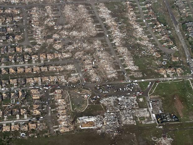 21 de maio - Em imagem aérea, casas do bairro ao redor e a própria escola primária Briarwood (no canto direito inferior da foto), são vistas em Moore, Oklahoma, após a devastação causada pela passagem do tornado (Foto: Steve Gooch/AP)