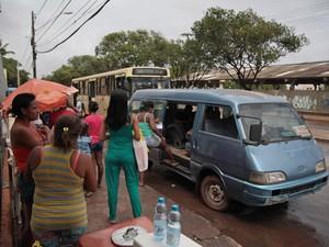 Na Cidade Operária, não há sequer um abrigo em ponto do ônibus  (Foto: Flora Dolores / O Estado)