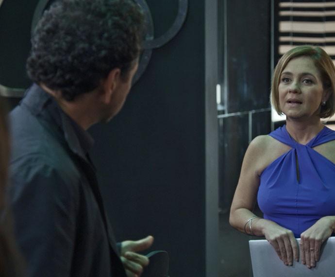 Inês chega na boate e se depara com Aderbal conversando com Helô (Foto: TV Globo)