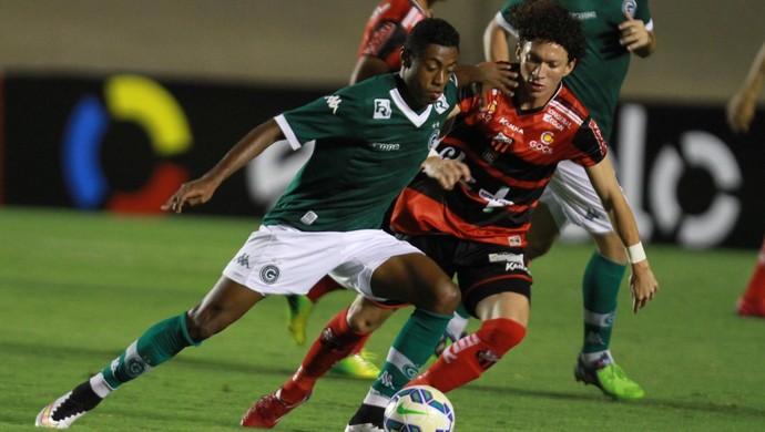 Bruno Henrique, do Goiás, disputa bola com Peri, do Ituano (Foto: Carlos Costa/Futura Press)