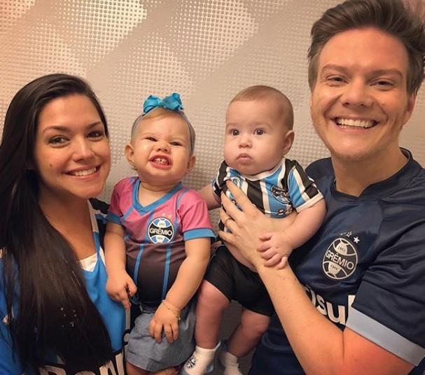 Thais Fersoza ao lado do marido e dos filhos (Foto: Reprodução Instagram)