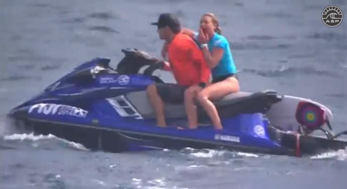acidente Nikki Van Dijk, Fiji surfe (Foto: Reprodução)