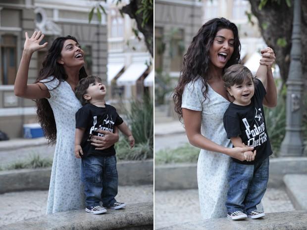 Juliana Paes brinca com Pedro na cidade cenográfica (Foto: Gabriela / TV Globo)