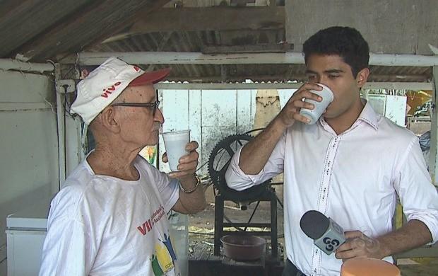 O repórter Daniel Scarcello saboreia o caldo de cana feito pelo Seu Mizael (Foto: Reprodução TV Acre)