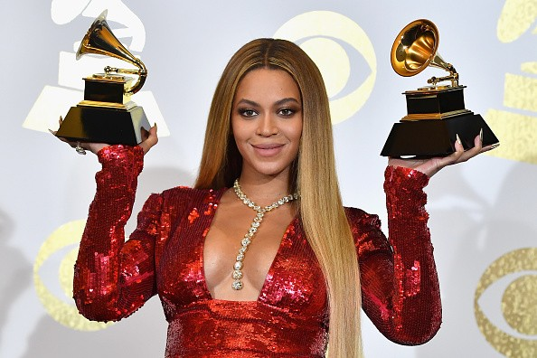 Beyoncé arremata look by Peter Dundas com colar de R$ 38 milhões no Grammy  (Foto: Getty Images)