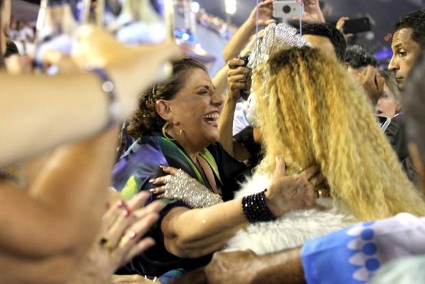 Sabrina Sato cumprimentando a sogra, Leda Nagle (Foto: Claudio Andrade / EGO)