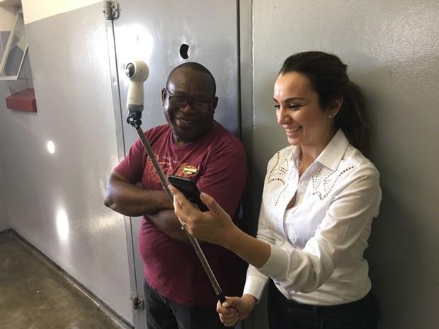 Millena Machado e o guia Sr. Kgotso, ex-presidiário, em Robben Island (Foto: divulgação)