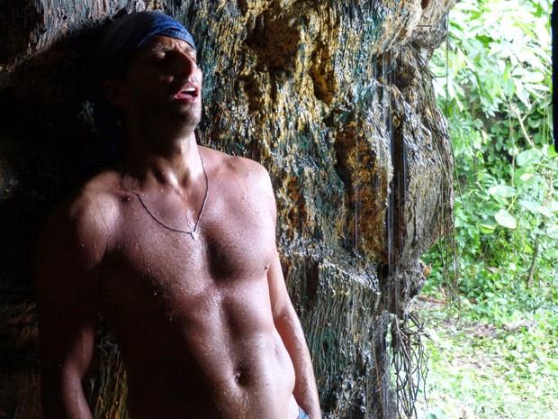 Cassiano se arrisca e decide voltar por Duque (Foto: Flor do Caribe / TV Globo)