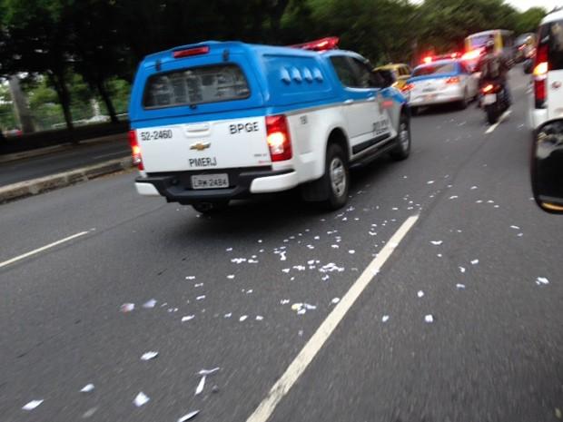 Na caminhada pela Praia do Flamengo os garis jogaram papel picado na via (Foto: Káthia Mello/G1)