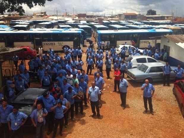 Rodoviários em protesto por mais segurança no terminal de Samambaia Sul (Foto: Paulo Melo/G1)