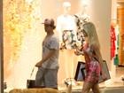 Alexandre Pato e Fiorella Mattheis passeiam com cachorro em shopping