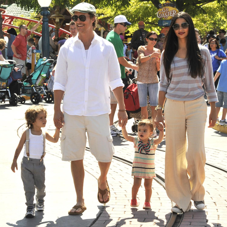 """Matthew McConaughey diz que """"com certeza"""" tem """"mais razões pelas quais viver"""" agora que tem filhos. Ele e a esposa, a modelo brasileira Camila Alves, são pais de Levi, de 6 anos, Vida, de 4, e Livingston, de 1. (Foto: Getty Images)"""