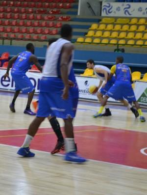 Mogi Basquete treinando marcação (Foto: Bruno Rocha)