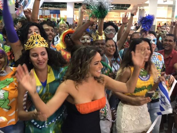 Daniela Mercury fez um carnaval improvisado em shopping de Salvador (Foto: Alex de Paula / G1)