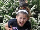Menina se assusta após galinha pular em sua cabeça em 'aula no campo'