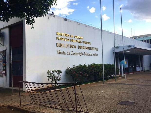 Biblioteca Demonstrativa de Brasília, na W3 sul, permanece fechada desde maio de 2014 (Foto: Luiza Garonce/G1)