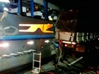 Acidente entre ônibus e caminhão deixa passageiros feridos em Iacri