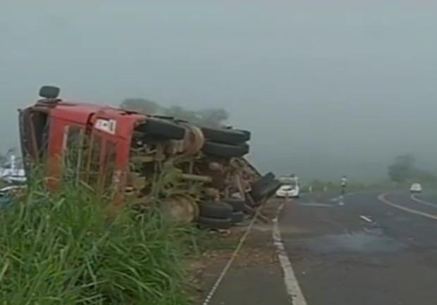 Caminhão estava carregado com materiais de construção (Foto: Reprodução / TV Tem)